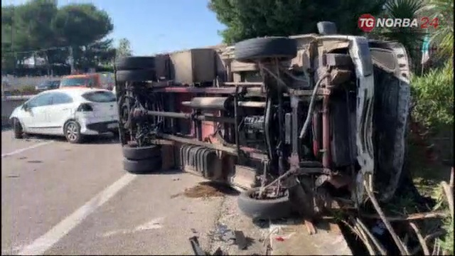 Torre a Mare , incidente ss16: camion ribaltato