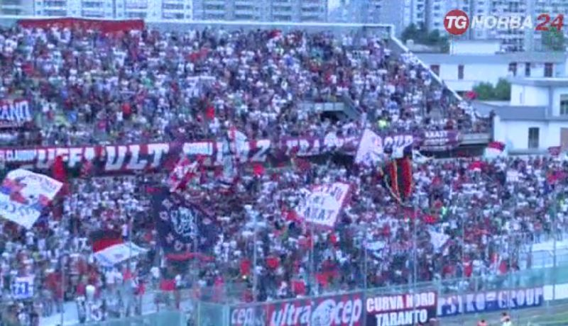 Calcio: Taranto, sequestrati fumogeni e torce in curva nord